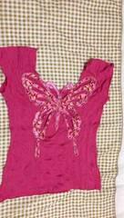 蝶々模様背中 淡いピンクTシャツ Mサイズ