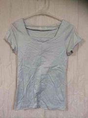 グレーのTシャツ
