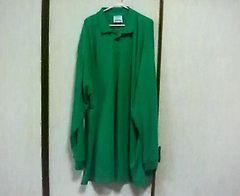緑の長袖ポロシャツ