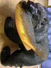 鮭をくわえた熊の木彫りの置物★1本の木から作られた貴重な置物