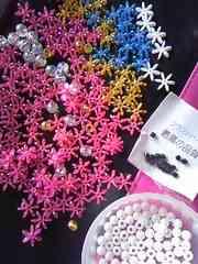 お花ビーズパーツ127個+クラフトパーツ他大量マトメて1.5×1.5センチ