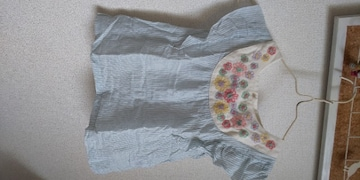 100�p 花刺繍入りチュニック 水色ストライプ
