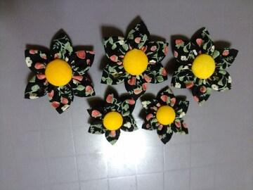 ハンドメイド 布製の花5個 イチゴ柄 手芸パーツ 苺柄
