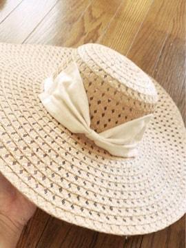 大人用ベージュに白シンプルデカリボン麦わらツバ広女優帽子
