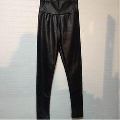 合皮 黒パンツ