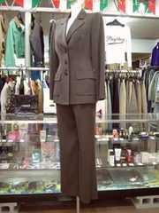 【ランバン】ダークブラウンのパンツスーツです