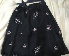 花柄刺繍スカート。黒系