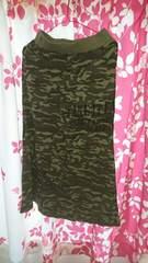 ニットジャージぽいマキシ丈スカート迷彩柄、新品タグ付き、シワあり、Mサイズ。