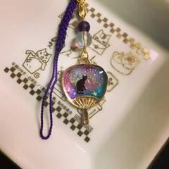黒猫と花火 うちわストラップ 紫