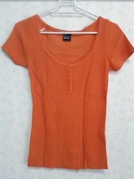 オレンジのニットシャツ 色鮮やか☆
