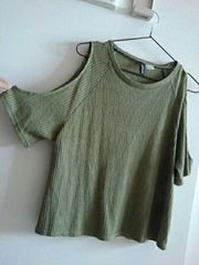 H&M♪半袖ニットカットソー♪肩が出るデザインオシャレです♪カーキグリーン♪美品