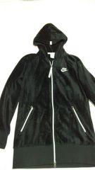 黒フードつき着ぶくれしないコート