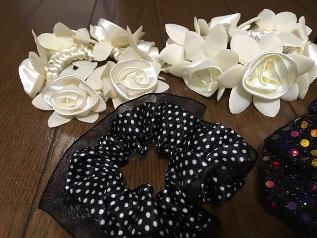シュシュ ヘアゴム5個セットまとめ 白いお花ラメベロア生地 < 女性アクセサリー/時計の