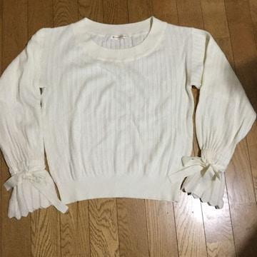 袖口がポイントのセーター