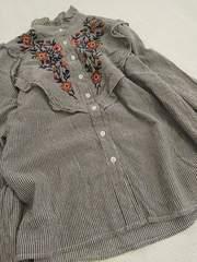 MOCA/お花刺繍のフリルネックブラウス