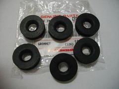 (28)GPZ250サイドカバーゴムK4